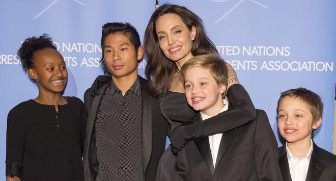 Angelina có 6 đứa con trong tay. Và cô nắm dao đằng chuôi.