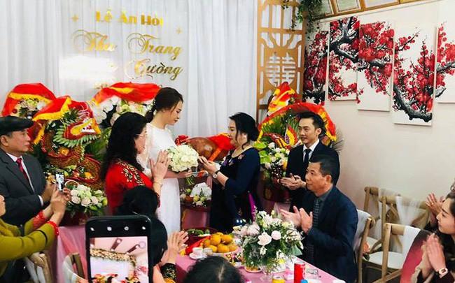 Bà Như Loan trao quà cho con dâu.