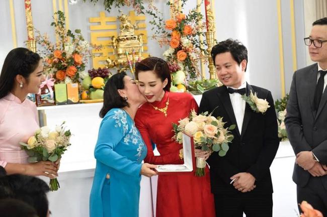 Doanh nhân Dương Thanh Thủy trao quà cho con dâu.