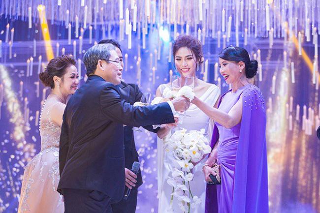 Mẹ John Tuấn Nguyễn rất ủng hộ cuộc hôn nhân của con trai.