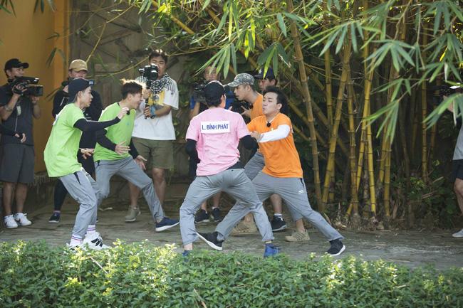 'Khát máu' ở Running Man, Trấn Thành bị Jun Phạm - Liên Bỉnh Phát 'chơi dơ' hội đồng xé bảng tên 2