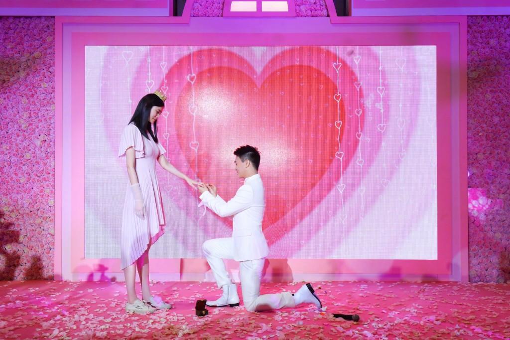 Hà Du Quân cầu hôn thành công Hề Mộng Dao nhưng phải sau đó 1 năm họ mới tổ chức đám cưới.