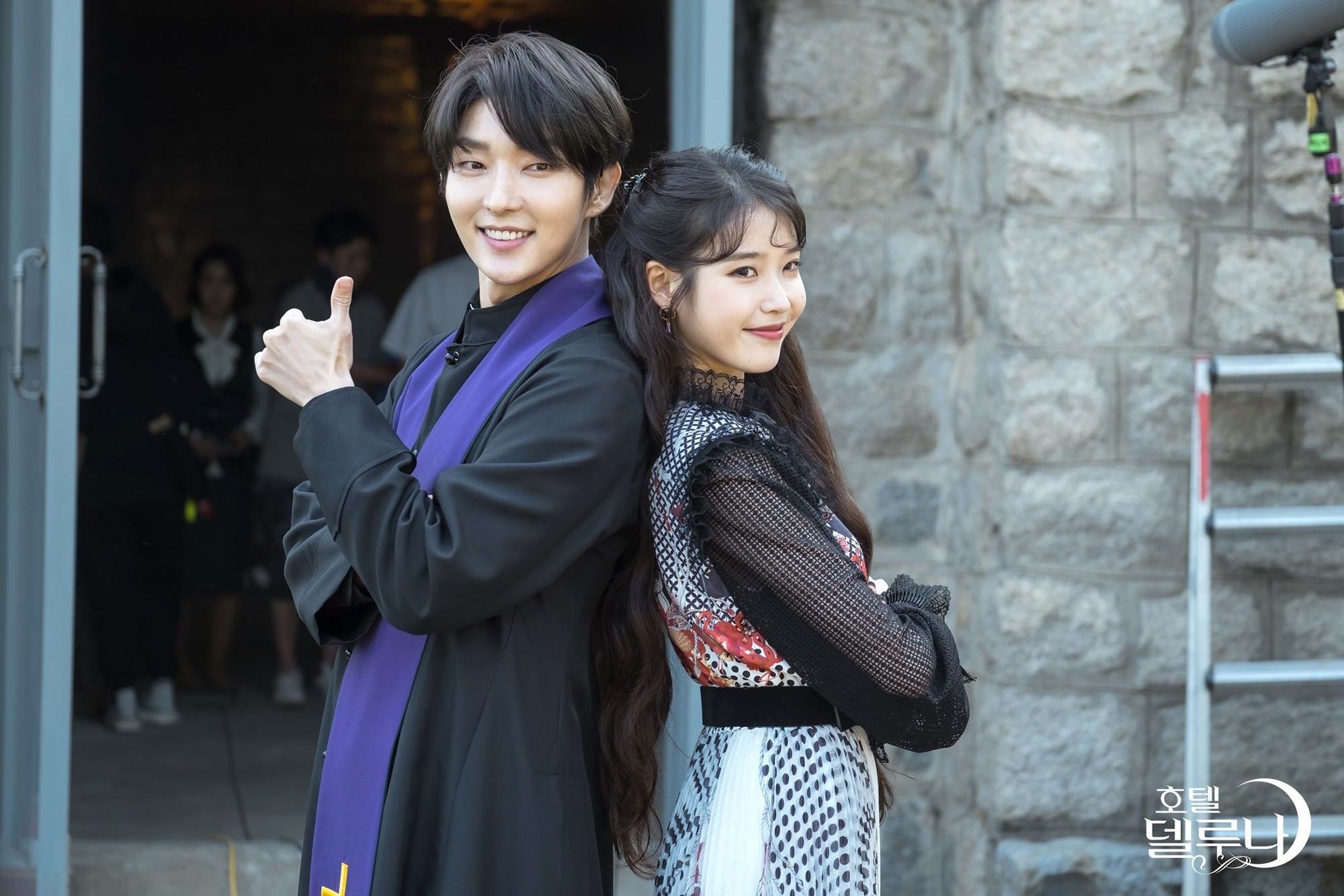 Đứng cạnh đàn em IU, Lee Jun Ki cũng không hề bị dìm hàng