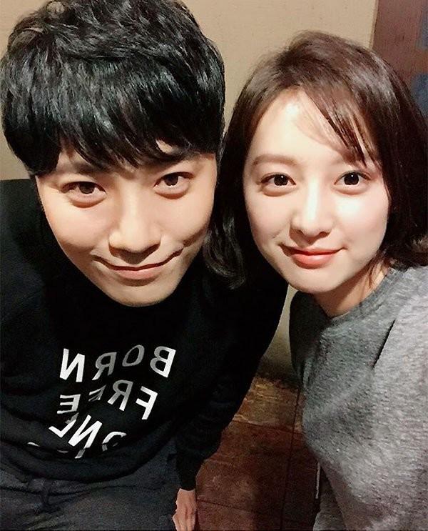 Đứng bên cạnh đàn em Kim Ji Won, Jin Goo cũng không tạo sự cách biệt