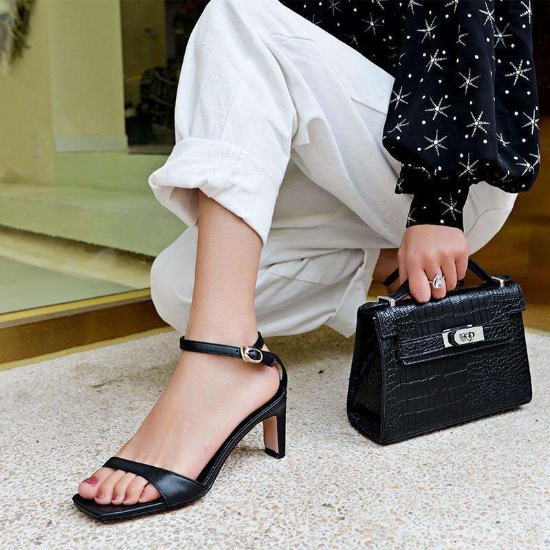 4 mẫu giày tưởng 'lùn' mà lại vẫn hack dáng tôn chân, hội chị em không sắm ngay thì quá phí 13