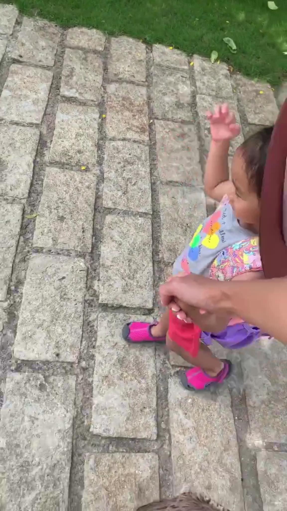 Sau sự cố vô tình làm lộ mặt con gái, Tăng Thanh Hà đăng luôn đoạn clip khoe trực diện cô bé 2