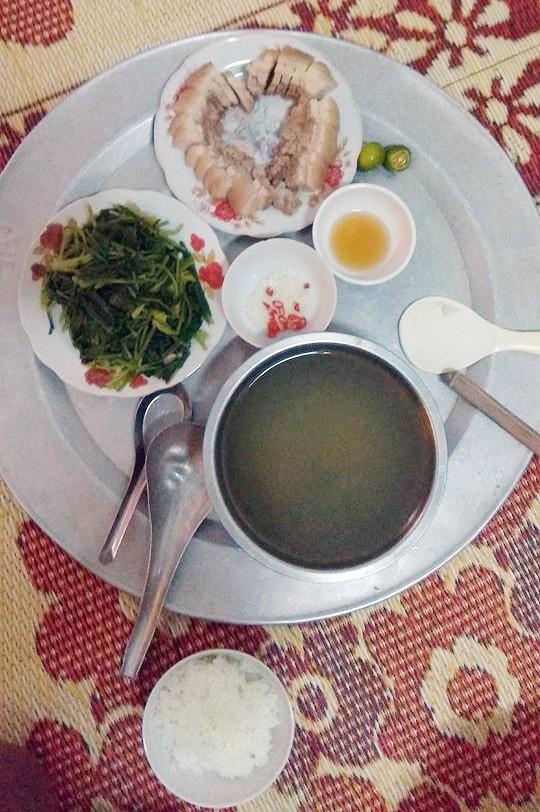 Mâm cơm với đĩa thịt luộc xếp hình trái tim chồng chị Phương 'đạo diễn'.