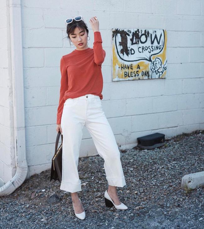 Áo thun + quần trắng vẫn luôn là công thức dễ mặc và chắc chắn sẽ đẹp. Hơn nữa, vào những ngày trời có nắng và thoang thoảng gió, áo thun sẽ là lựa chọn nhẹ tênh, thoải mái cho set đồ của các nàng.