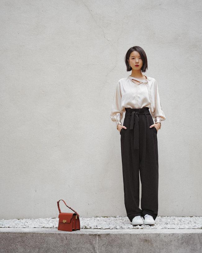 Vẫn còn đó những ngày nóng khá oi bức và những chiếc áo blouse dài tay + quần vải cạp cao sẽ là bộ đôi vừa thoải mái lại vô cùng thanh lịch. Set đồ này đặc biệt hoàn hảo cho các nàng công sở.