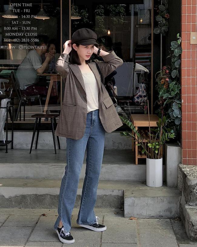 Đơn giản mà đẹp chính là set đồ với áo thun trắng + quần jeans xẻ gấu rồi khoác ngoài chiếc áo blazer, vừa mang đến vẻ ngoài cá tính lại vẫn rất thanh lịch, nhã nhặn.