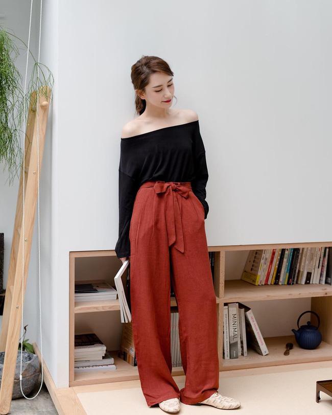 Một set đồ tưởng chừng rất bình thường với áo thun mix với quần vải cạp cao lại trở nên cuốn hút vô cùng; tất cả là nhờ vào chi tiết trễ vai đầy gợi cảm.