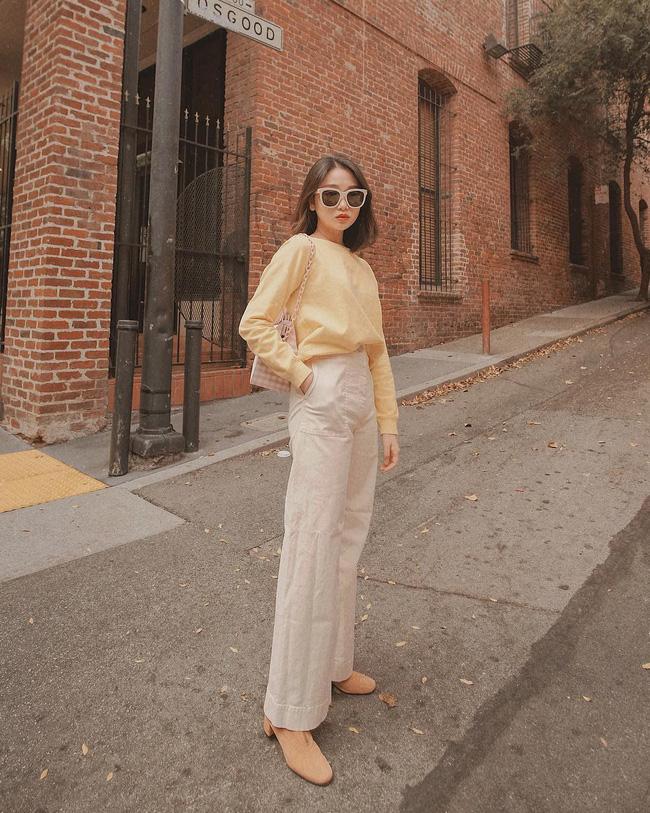 Muốn 'hack' tuổi hiệu quả thì các nàng cứ diện áo thun sáng màu, mix cùng quần trắng như cô nàng này là chuẩn không cần chỉnh.