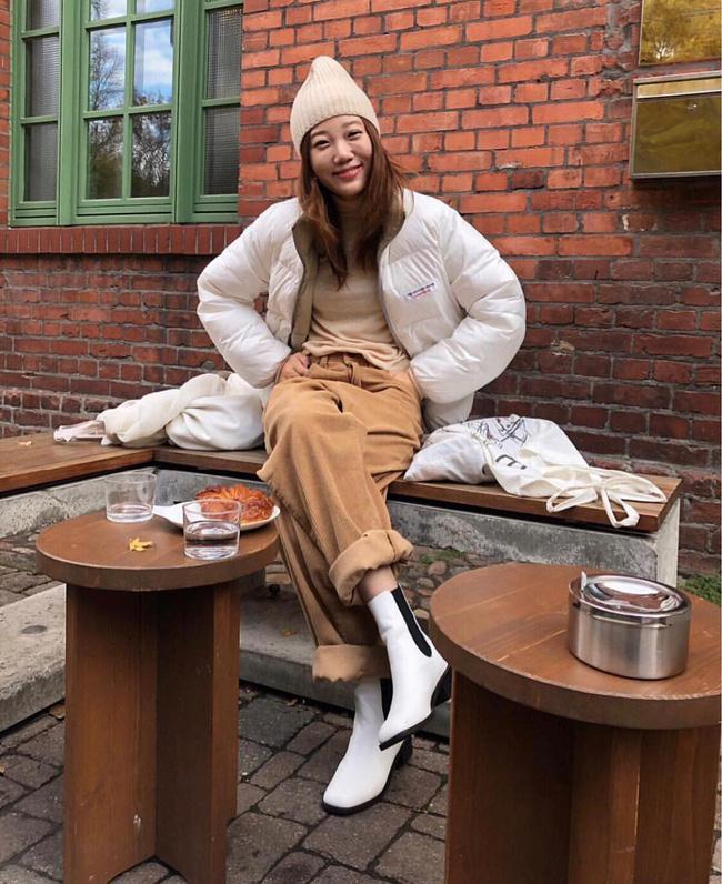 Boots trắng cũng giống như sneakers trắng, nhìn khá khỏe khoắn nên có thể kết hợp theo phong cách trẻ trung như chọn một chiếc áo khoác phao như thế này chẳng hạn.