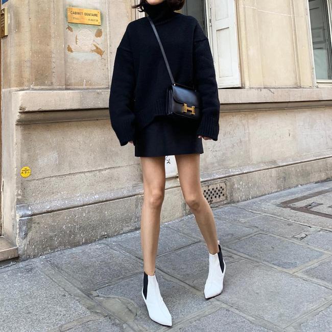 Cũng giống như boots đen, boots trắng nên chọn kiểu mũi nhọn + cao gót nếu muốn 'hack dáng'. Kết hợp một đôi boots trắng cùng áo len dáng dài theo phong cách giấu quần như thế này cũng là một gợi ý không tồi chút nào.