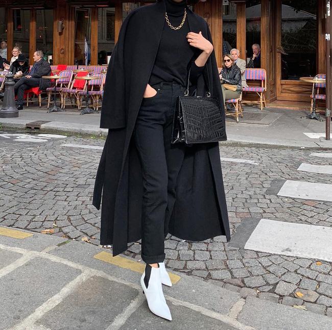 Những đôi boots trắng được nhấn nhá thêm chi tiết chun đen thế này vừa khỏe khoắn, lại trẻ trung. Và nếu không biết mix màu sắc gì thì cứ mix 2 màu cơ bản đen - trắng như thế này.