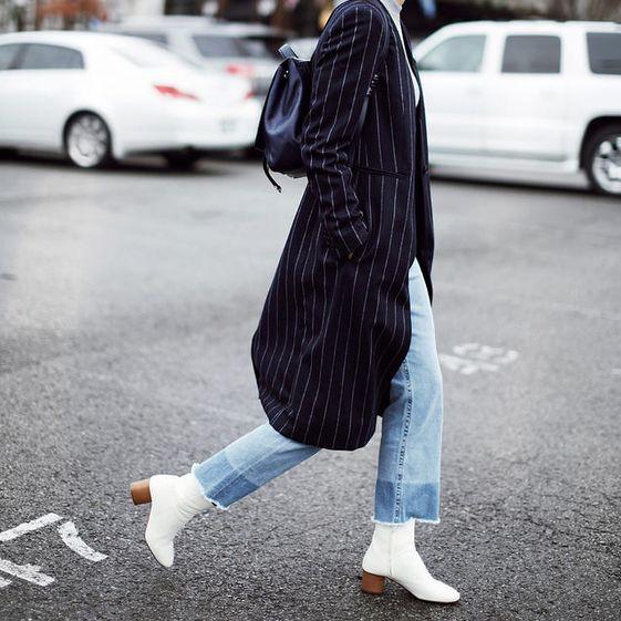 Với set đồ cơ bản với áo len cao cổ, quần jeans ống suông và áo khoác dáng dài thế này, một đôi boots trắng sẽ giúp tạo điểm nhấn ấn tượng cho bộ đồ.