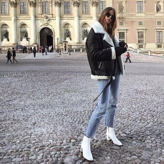 Một bộ đồ rất đơn nhưng nhưng chắc hẳn ai cũng phải công nhận rằng: Đi boots trắng nhìn đẹp hơn boots đen.