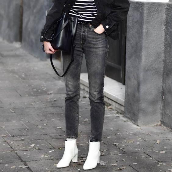 Tone màu ghi kết hợp cùng màu trắng cũng nâng hạng set đồ của nàng công sở, tuy nhiên thay vì chọn quần vải màu ghi, hãy chọn quần jeans màu ghi nhé.