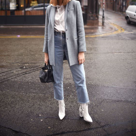 Với đặc tính trẻ trung, những đôi boots trắng còn giúp bạn diện áo nỉ hoddie cùng blazer mà không lo bị xì tin quá mức.
