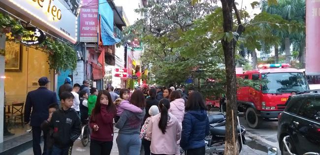 Nhiều người trong ngõ hoảng hốt chạy ra phố chính để đề phòng