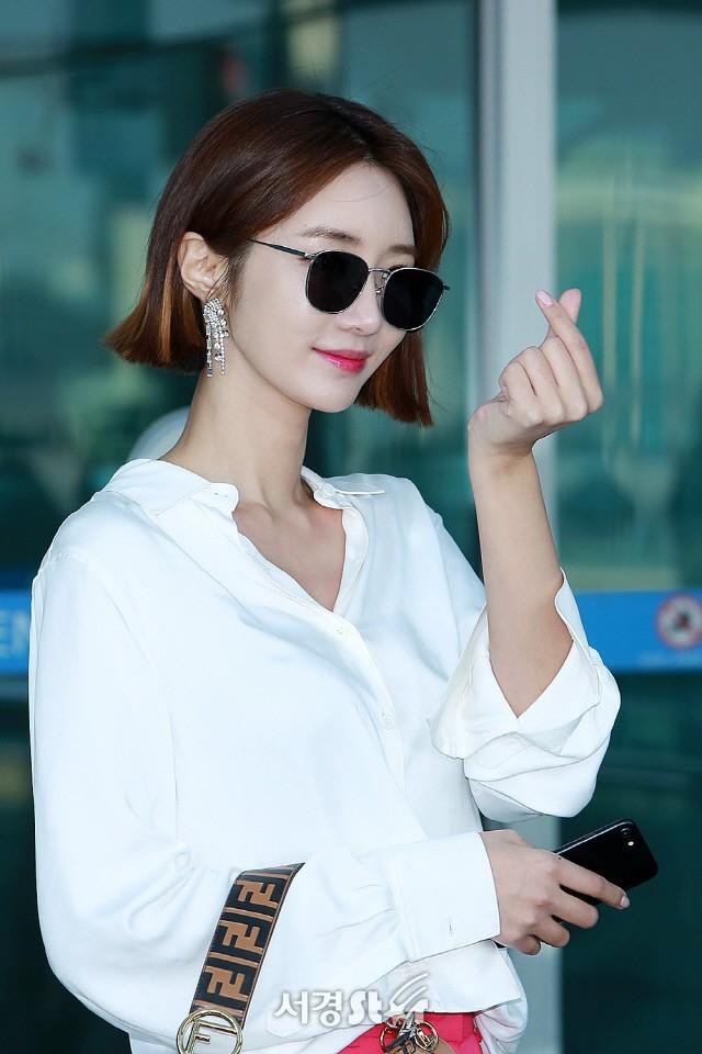 Phần cổ cao sang chảnh gợi cảm của Go Jun Hee càng ấn tượng hơn nhờ kiểu tóc ngắn cá tính thời thượng này.
