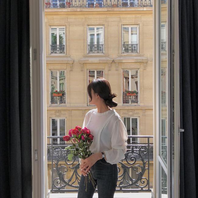 Với những kiểu áo blouse trắng tay bồng, ngoài chân váy midi kiểu tiểu thư thì những chiếc quần jeans cũng là một gợi ý đầy ăn ý.