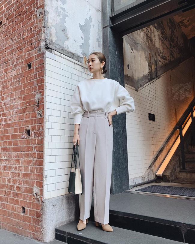 Với những nàng công sở, áo blouse trắng thât sự là 'chân ái' với những chiếc quần âu hay quần culottes, chọn cách mặc 'ton - sur - ton' như cô nàng này không những trendy mà còn giúp dáng người nhìn cao ráo hơn.