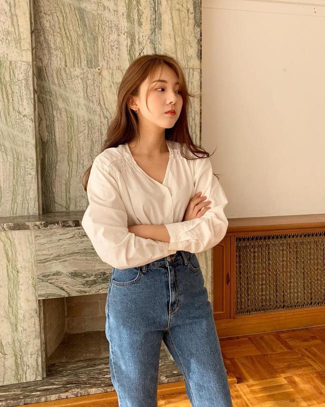Thêm một minh chứng nữa cho thấy quần jeans cạp cap và áo blouse sẽ đẹp hơn hẳn khi sơ vin.