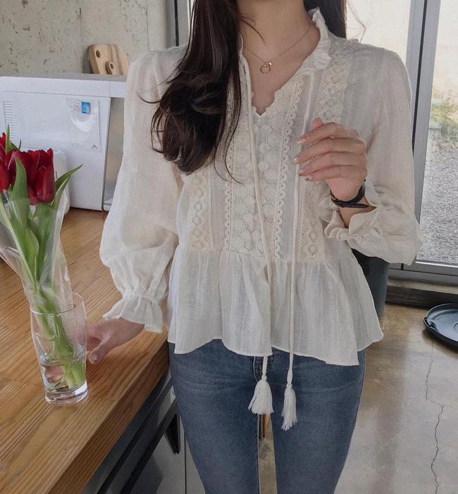 Ngoài những kiểu áo blouse trơn, kiểu áo blouse được nhấn nhá thêm chi tiết ren như thế này cũng là một gợi ý đầy cảm hứng trong thời tiết mùa này.