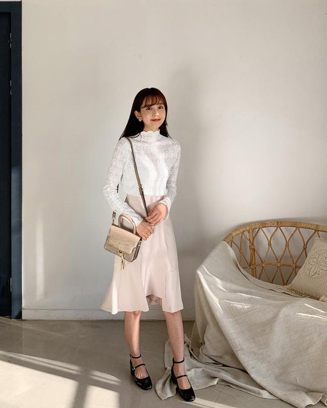 Ngoài chất liệu như voan, thô, đũi thì ren cũng là chất liệu lên dáng áo blouse khá tuyệt vời.