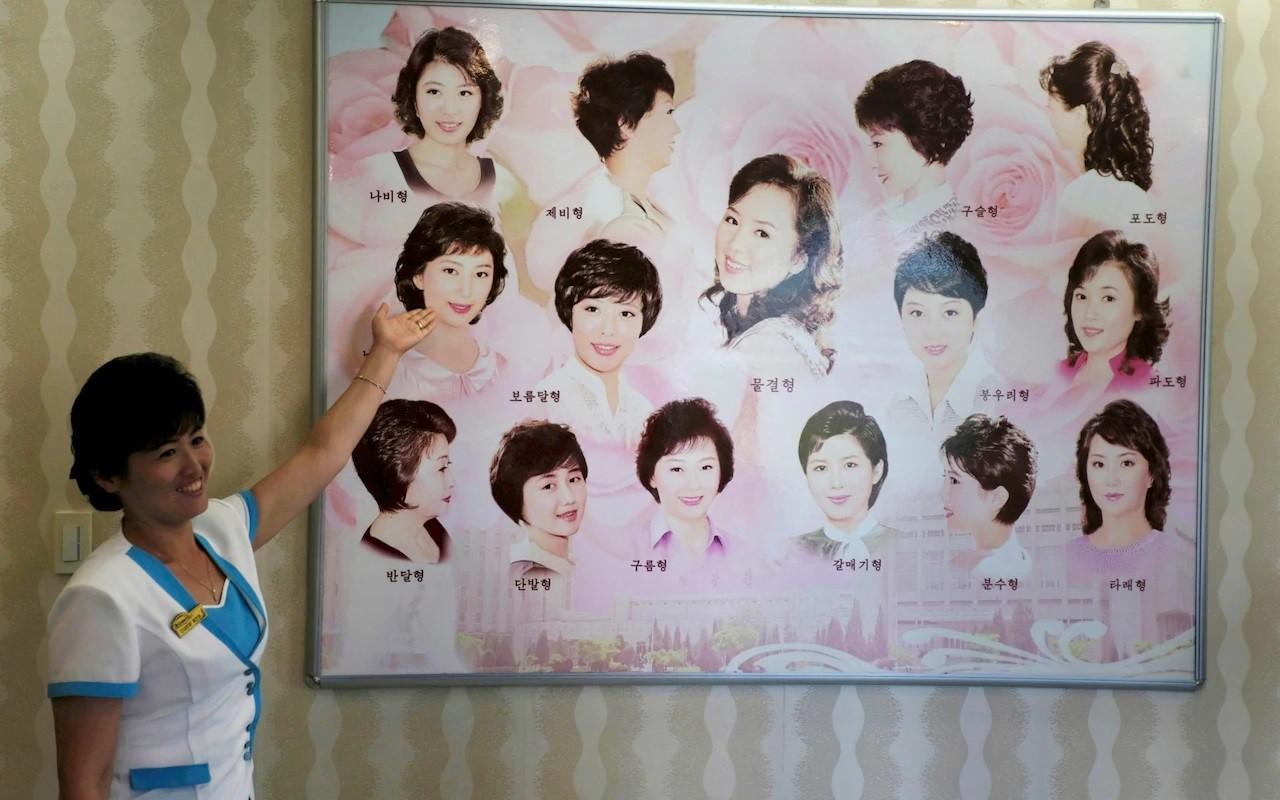 Nhân viên tiệm làm tóc chỉ dẫn về 15 kiểu tóc mà phụ nữ Triều Tiên được để với phóng viên.