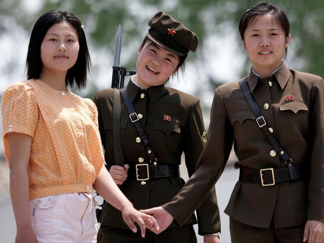 Trong những hình ảnh từng chụp phụ nữ Triều Tiên, họ luôn để kiểu tóc đơn giản, trang phục kín đáo, makeup nhẹ nhàng nhưng không vì thế mà kém phần xinh đẹp.
