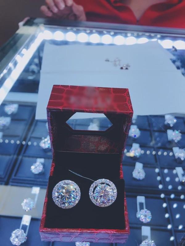 Lâm Khánh Chi khoe bông tai kim cương, 'hét giá' 20 tỷ gần gấp ba chi phí chuyển giới 0