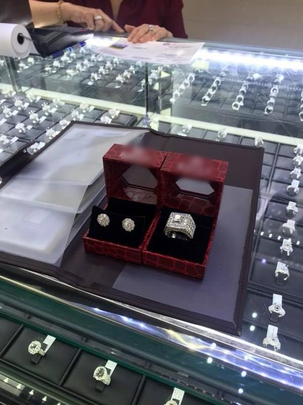 Quà kỉ niệm 1 năm ngày cưới cũng là đôi hoa tai và chiếc nhẫn đính đầy kim cương lấp lánh.