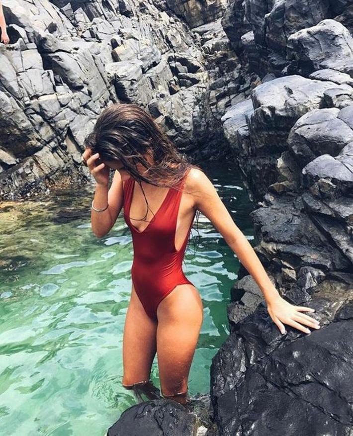 Bạn sẽ tiếc hùi hụi nếu không sắm 3 thiết kế đồ bơi liền tôn dáng cực đỉnh này cho hè 2019 4