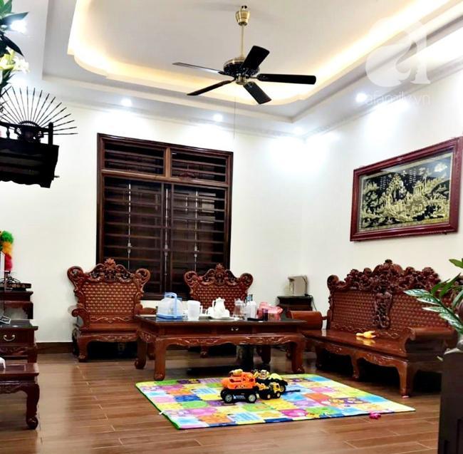 Phòng khách của nhà chị gái Hoa, nơi bác giúp việc đã dành cả tiếng đồng hồ để lau dọn.