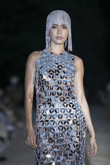 Trong BST mới đây ở Hạ Long, Minh Tú là người được giao trọng trách vedette, xuất hiện cùng chiếc váy được đính kết từ nhiều mảnh mica tráng gương lấp lánh, tạo hiệu ứng phản chiếu.