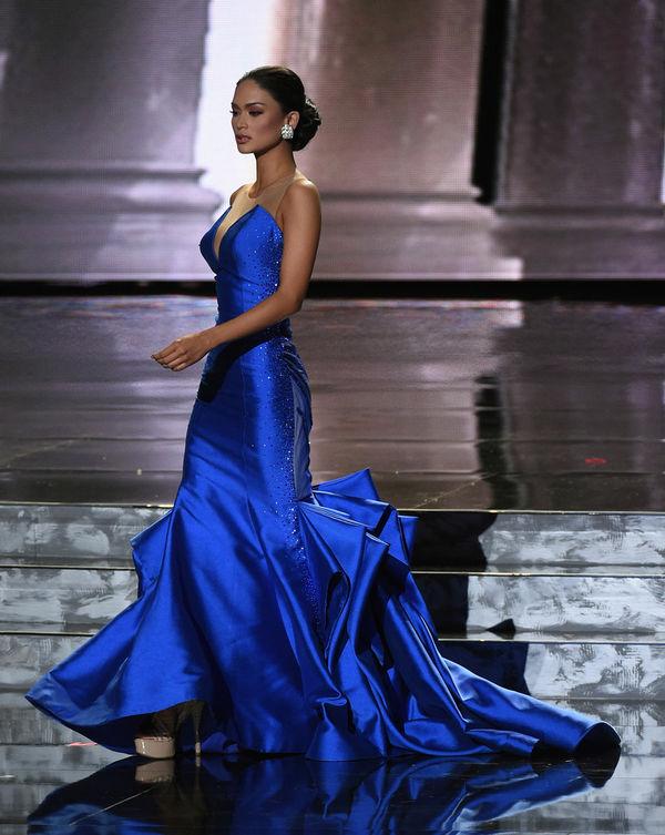 Trong đêm chung kết,Pia Wurtzbach nổi bật và khác biệt khi chọn chiếc đầm đuôi cá màu xanh và đặc biệt là kiểu tóc búi cục không đụng hàng.