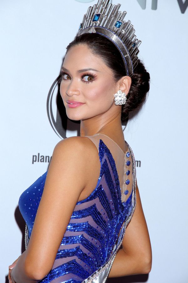Không phải gương mặt V-line như phần lớn Hoa hậu ở Việt Nam,Pia Wurtzbach đã chọn kiểu tóc búi để phô diễn khung xương hàm ngang đầy quyến rũ.