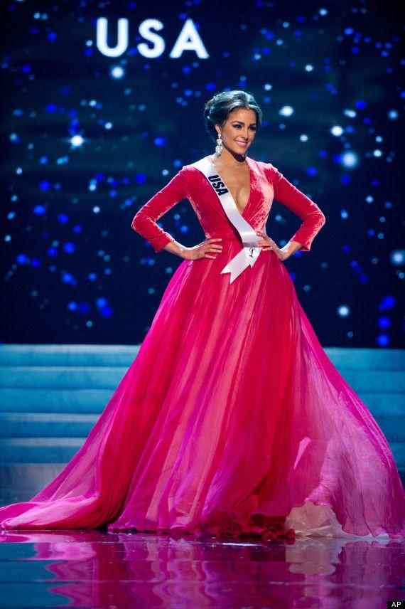 Cựu Miss Universe 2012 -Olivia Culpo trong kiểu tóc búi quen thuộc ở kỳ Miss Universe 2012. Vốn có gương mặt đẹp như nữ thần nên dù áp dụng kiểu tóc nào thìOlivia Culpo cũng ghi điểm tuyệt đối.