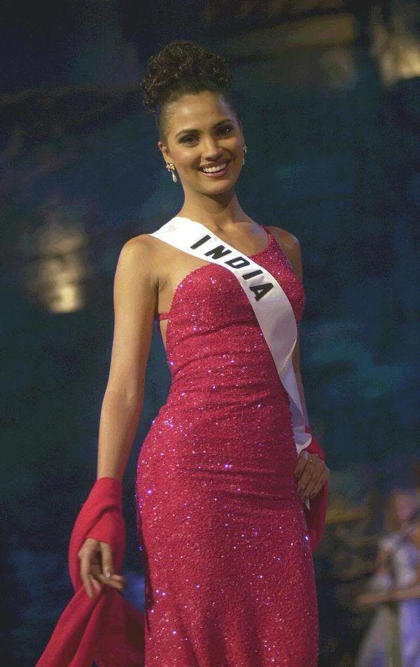 Cựu Miss Universe 2000 người Ấn Độ -Lara Dutta cũng là mỹ nhân chọn kiểu tóc búi.