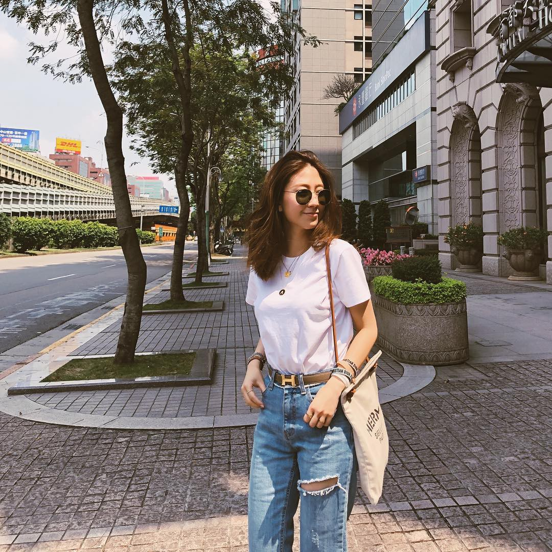 Bảo chứng cho vẻ sành điệu là combo áo phông – quần jeans với 15 ý tưởng diện mãi không biết chán này 1