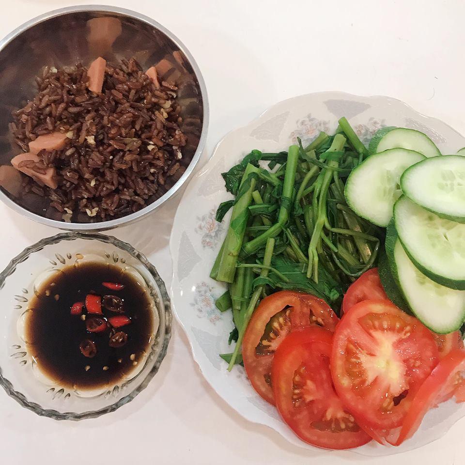 Thực đơn giản cân hà khắc của Thúy Vi: Uống nước ép cần tây nguyên chất và chỉ ăn cơm gạo lứt 12