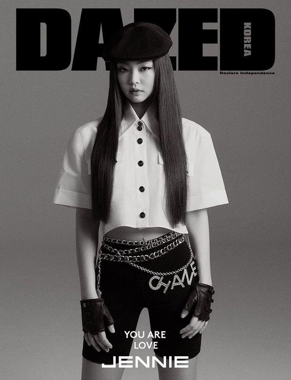Jennie Black Pink từng diện nguyên set Chanel trên trang bìa tạp chí.