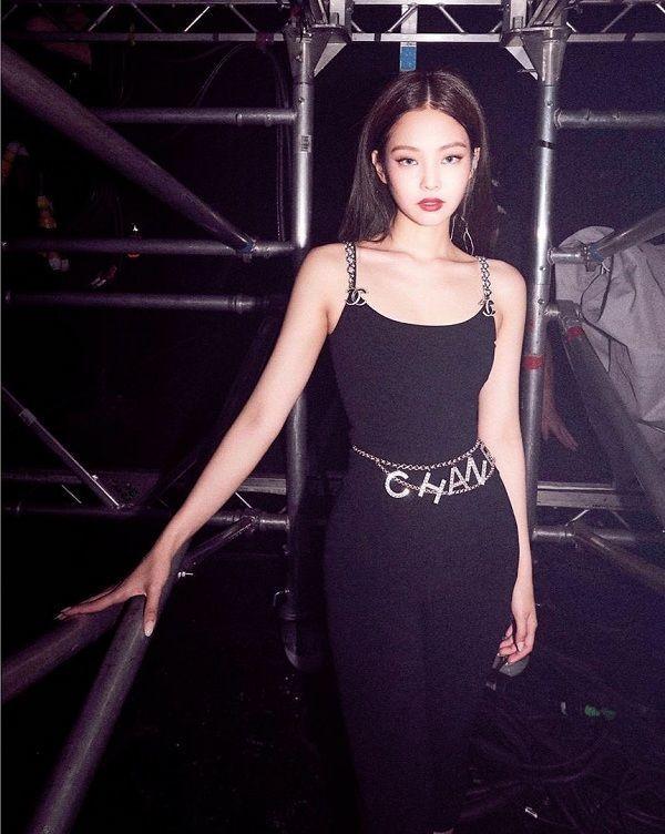 Thành viên nhóm Black Pink cực kì ưa thích items xiềng xích này, cô kết hợp với rất nhiều trang phục.