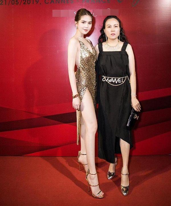 Trong một bữa tiệc khác, cô lại chon trang phục váy đen nhún bèo lùng bùng đã không hợp dáng mà còn tô điểm thêm thắt lưng Chanel vào thì trông tổng thể không hề ăn rơ.