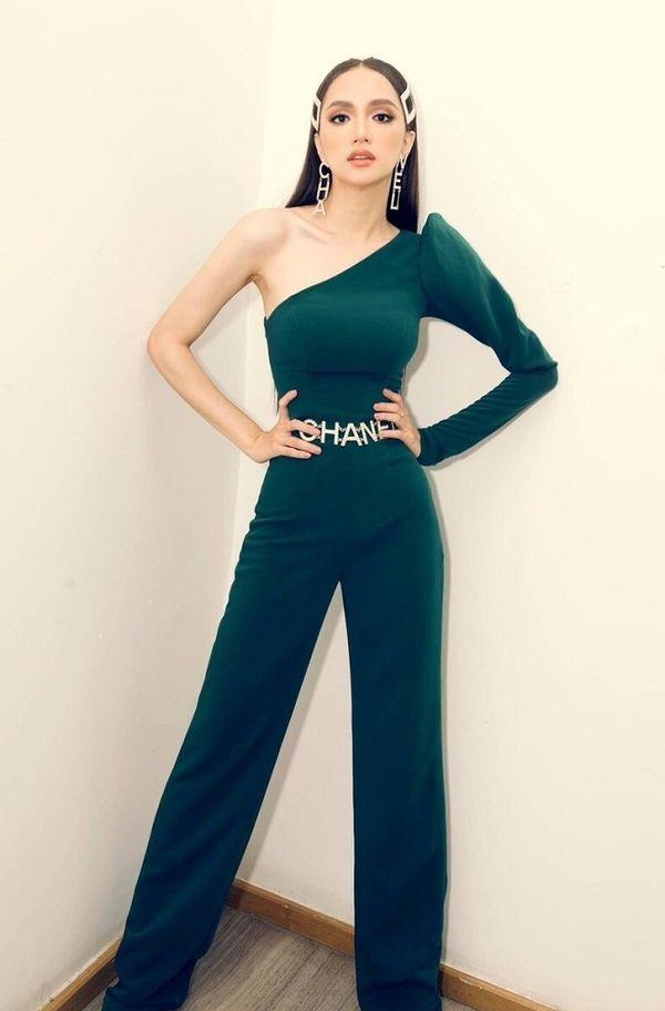 Hương Giang sang chảnh kiêu sa trong bộ jumpsuit màu xanh lá mix cùng dây xiềng xích từ Chanel để làm nổi bật trang phục của mình.