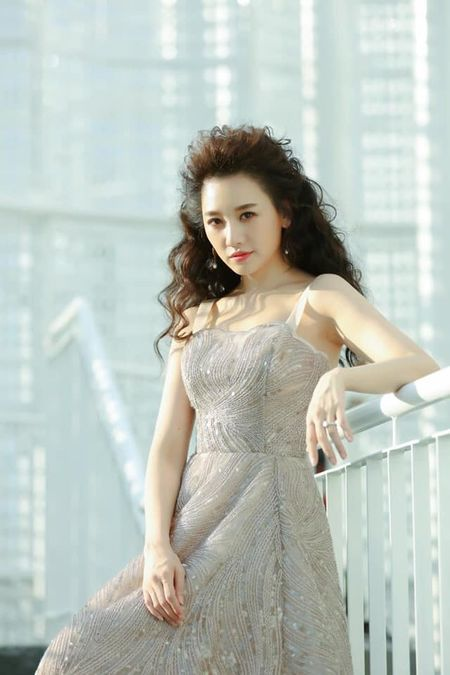 Diện chiếc váy đính kết lấp lánh, nhưng điểm gây chú ý của Hari Won lại nằm ở 'quả tóc xù mì' ấn tượng.