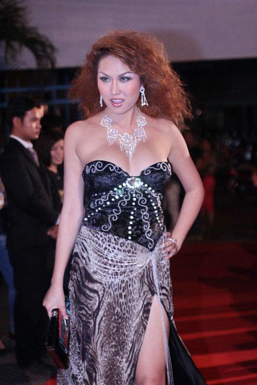 Váy da động vật cùng mái tóc xù ấn tượng, Phi Thanh Vân đã hóa thân hoàn hảo vào hình tượng 'sư tử chúa'.