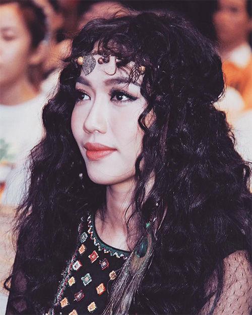 Màu tóc đen, lối trang điểm đậm và phụ kiện cầu kỳ của Diệu Nhi bị nhận xét là rườm rà, khô cứng.